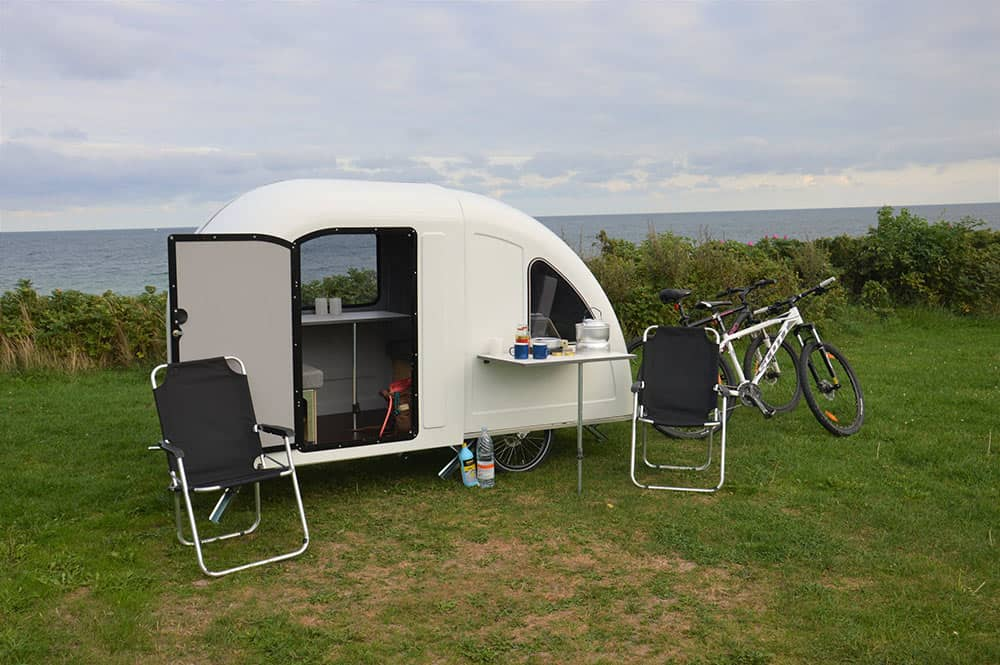 Wide path camper caravan achter fiets vakantie